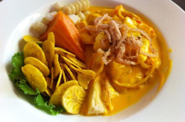 Ceviche com ají amarillo (pimenta peruana), chips de banana, choclo (milho peruano), camote (batata doce peruana) e cebola crocante.