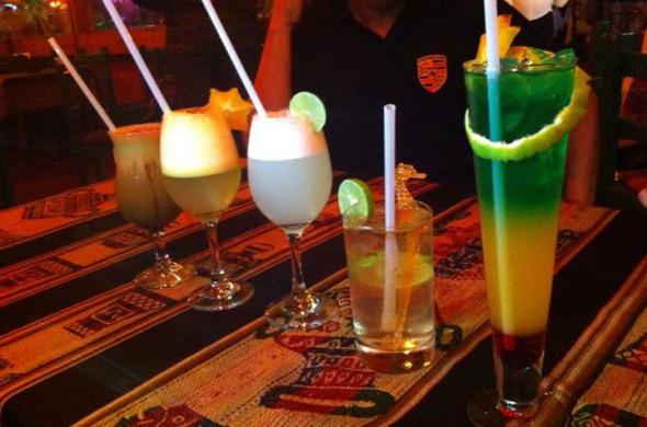 Drinks de Algarrobina, Pisco Sour de carambola, Pisco Sour clássico de limão, Chilcano e Machu Picchu.