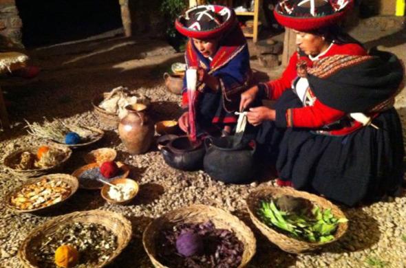 Em Chinchero, artesãs peruanas ensinando a produção das cores a partir de corantes naturais, como sementes, fungos e flores.